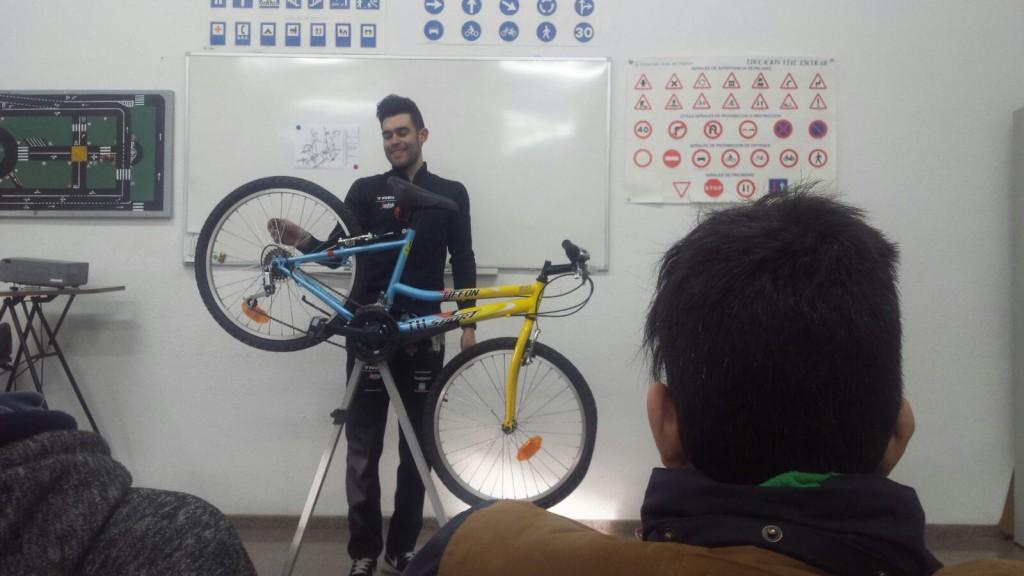 Photo of Actividad bicicletas – deporte adaptado – III Jornadas culturales IES Poeta Paco Mollá